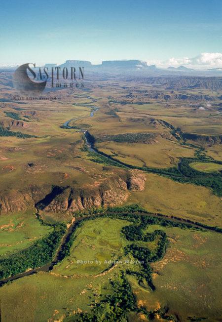 Gran Sababa, River Kukenan Looking North To Mount Kukenan And Mount Roraima, Tepuis, Venezuela
